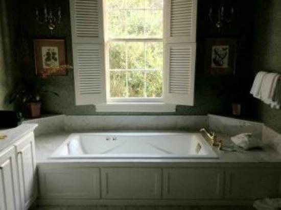 The Governor's House Inn: Big nice bathtub
