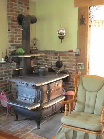 Antiqued Inn Time B&B: living room
