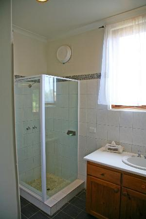 Beachside Prevelly Villas: Bathrooms with shower
