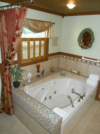 Mtn Laurel Creek Inn & Spa: Spectacular, oversized Jacuzzi tub.