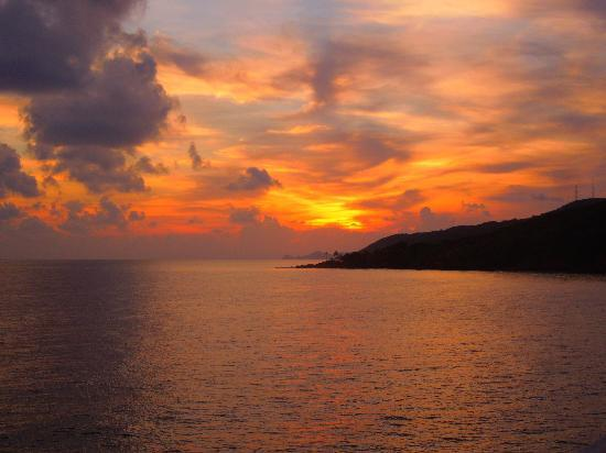 Paya Bay Resort: Beautiful view of the sunset right off of the deck of the clubhouse