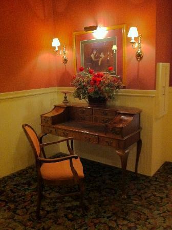 Hotel La Rose : Second Floor Hallway