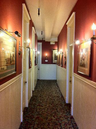 Hotel La Rose: Second Floor Hallway