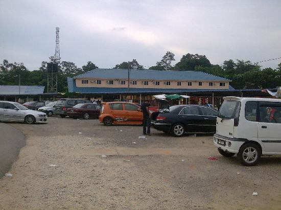 Maran District, Malajsie: the carpark at temple