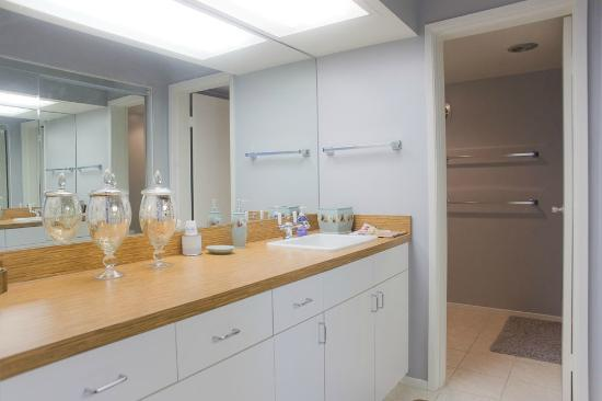 International Hotel & Suites: Bathroom