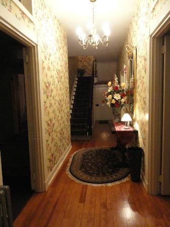 Rocky Springs Bed & Breakfast: Entrance hallway