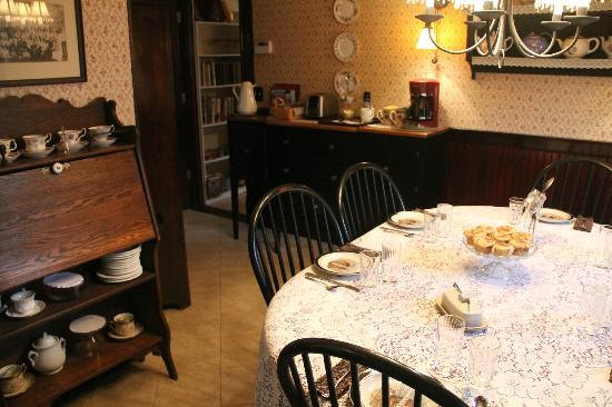 Salsbury Avenue Inn: common dining table - great way to share experiences with other guests