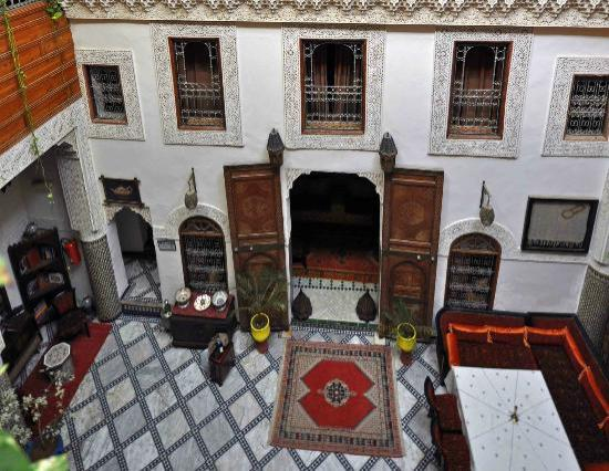 Riad Dar Dmana: Looking down into the courtyard from the first floor.