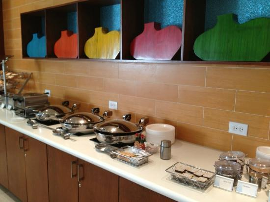 SpringHill Suites Dallas Richardson/Plano: Breakfast serving counter and decorations.