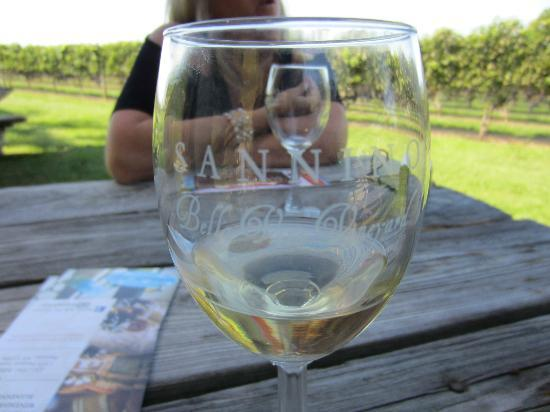 Sannino Bella Vita Vineyard: white wine in the beautiful Sannino glass