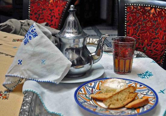 Riad Dar Dmana: You are warmly greeted by this lovely family with the moroccan mint tea!