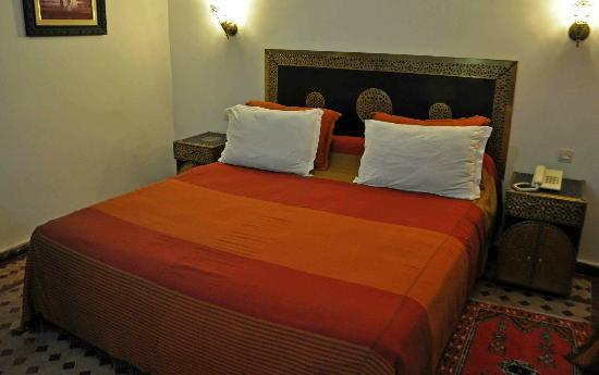 Riad Dar Dmana: Junior suite bed. Was clean and comfortable. Room also had a couch and desk.