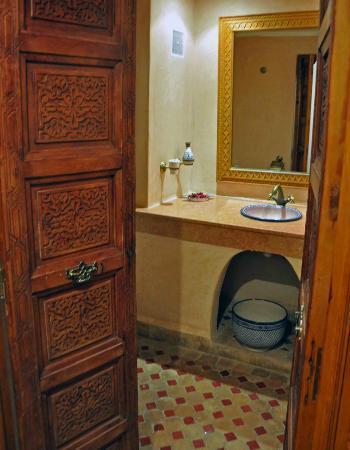 Riad Dar Dmana: Entering the bathroom of junior suite.