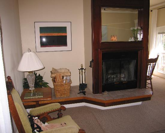 Glendeven Inn Mendocino: Bay View's Sitting Room with Fireplace
