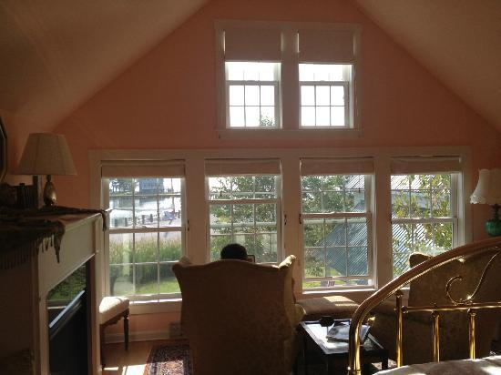 Lazy Jack Inn on Dogwood Harbor: Windows in Nellie Byrd Room overlooking Harbour