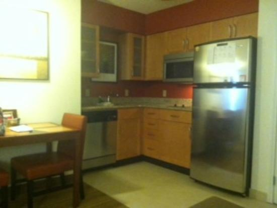 Residence Inn Denver North/Westminster: Fully furnished kitchen with dishwasher and dining