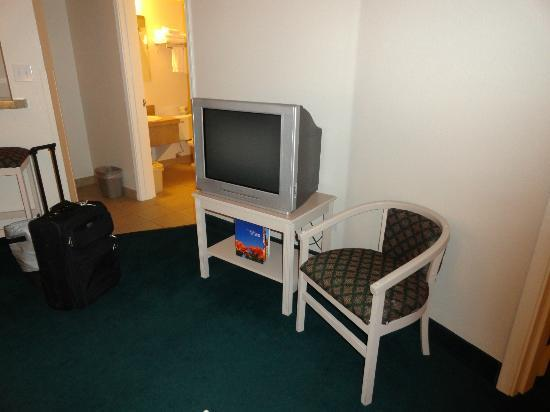 Homewood Suites by Hilton Tucson/St. Philip's Plaza University : TV in living room area