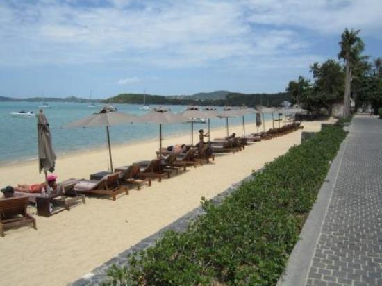 Hansar Samui Resort: Hansar Samui beach area directly in front of hotel with start of Fisherman's Village Road inbetw