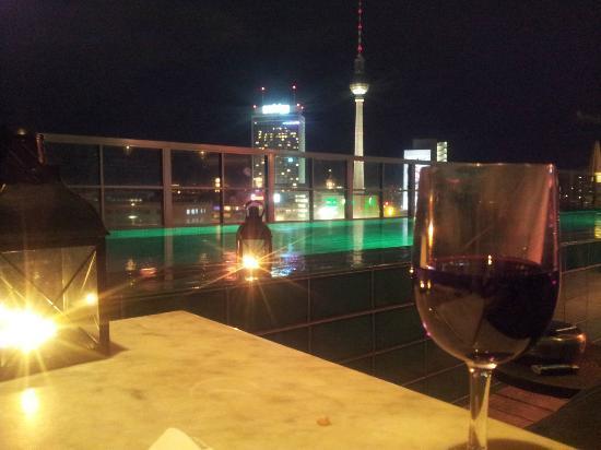 Soho House Berlin: Geiler Blick auf Alex mit Dachterassenpool