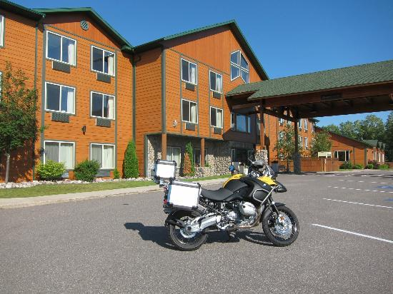 Holiday Inn Express Munising -  Lakeview: Outside of Inn