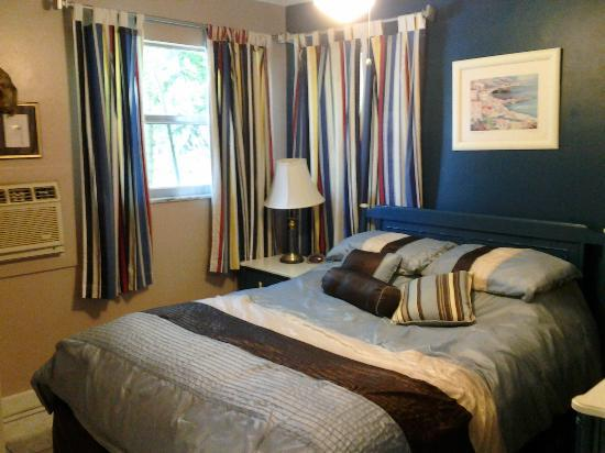 Whispers Resort at Treasure Island: Our cozy room