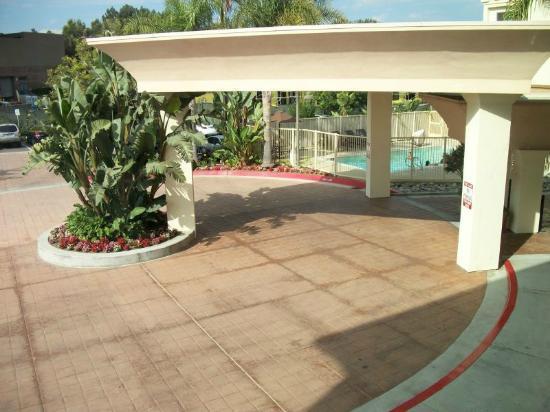 Hampton Inn San Diego/Del Mar: Driveway Entry