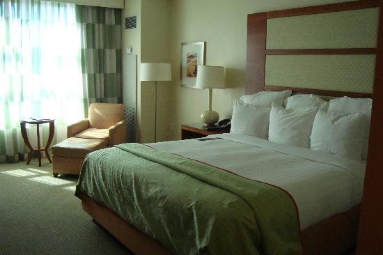 Renaissance Las Vegas Hotel: King bed