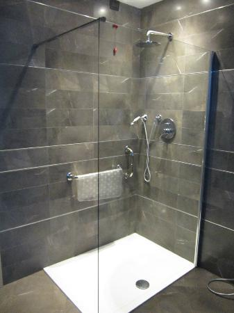 Agriturismo Eremo delle Fate: Bagno con mega doccia