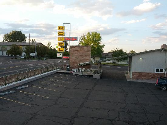 Silver Spur Motel: A view from our room