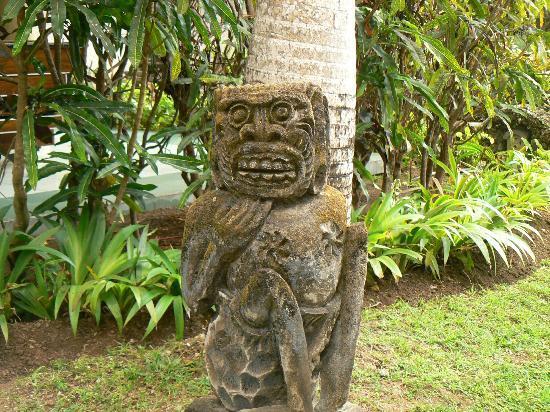 Besakih Beach Hotel: statue