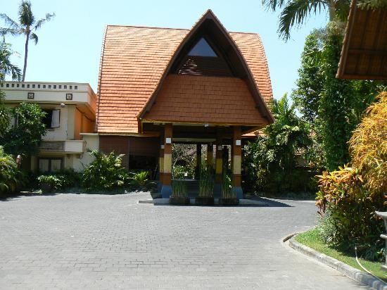 Besakih Beach Hotel: entrance view