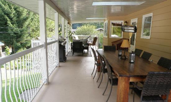 Riverbend Guest House B&B: large covered deck with barbeque