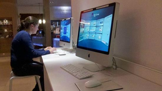 Novotel Brussels Grand Place: iMacs in the lounge