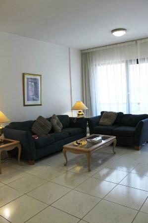 Golden Sands Hotel Apartments: Wonderful Living Area