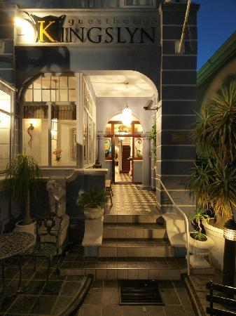 Kingslyn Guesthouse: entrance at night