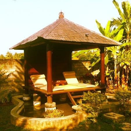 Sawah Lovina Bungalows: massage housing