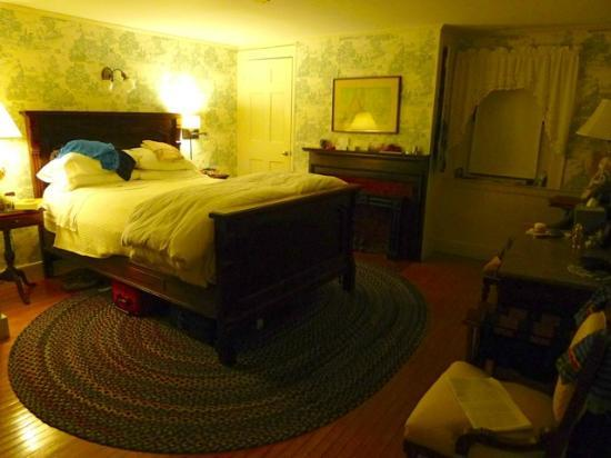 The Blue Hill Inn: Bedroom evening