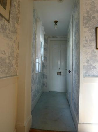 Blue Hill Inn: bedroom corridor to bathroom and door