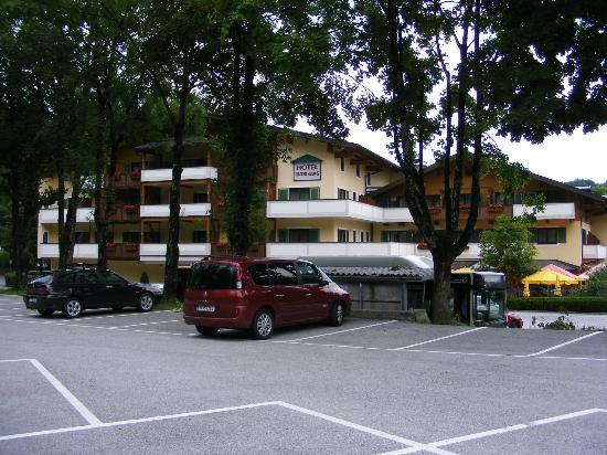 Hotel Untersberg: Back of the hotel with parking space