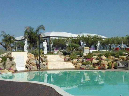 Partinico, Italia: la piscina con lo sfondo del gazebo