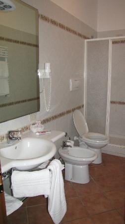 Ristorante Hotel Squarciarelli: Ampio bagno