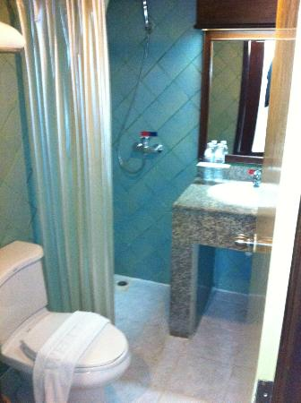 Patong Bay Garden Resort: Bathroom in Superior Room