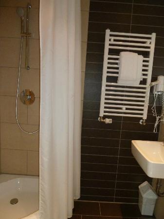 Sauberes Bad Mit Kleiner Dusche Bild Von Novum Style Hotel Hamburg