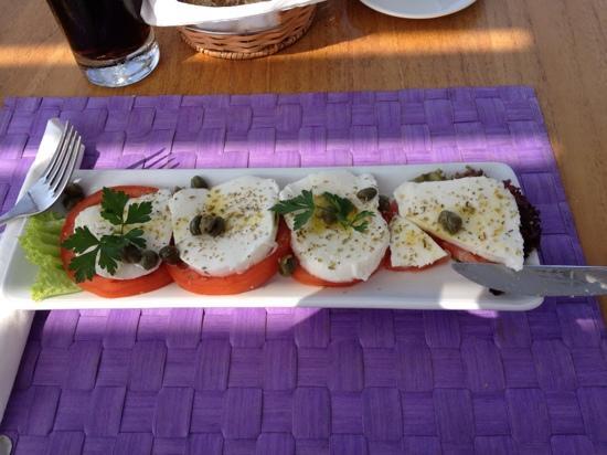 ซีน่อเนส ฟิโลเทร่า โฮเต็ล: tomato & mozzarella salad