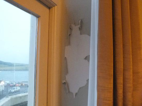 The Ship and Castle Hotel: Peeling walls