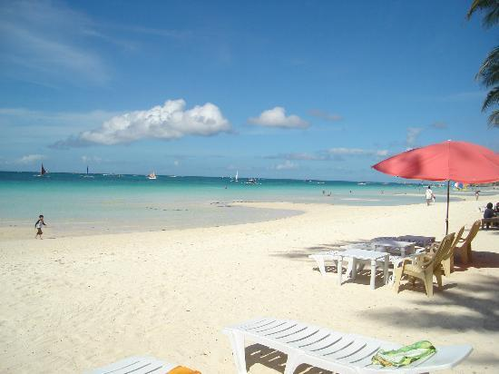 the Club Ten Beach Resort Boracay: 2 minutes walk from the gorgeous beach