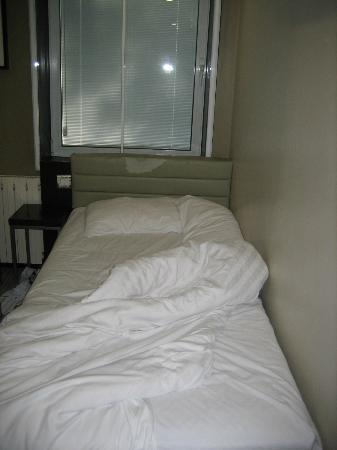 Euston Square Hotel: The bed