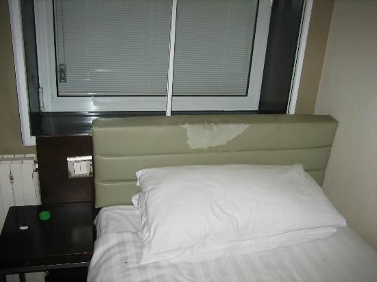 Euston Square Hotel: Dirty and peeling headboard