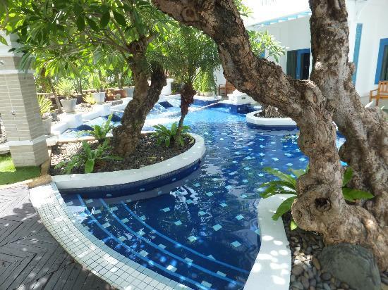 أندامان سي فيو هوتل: A quiet shaded area of the main pool 