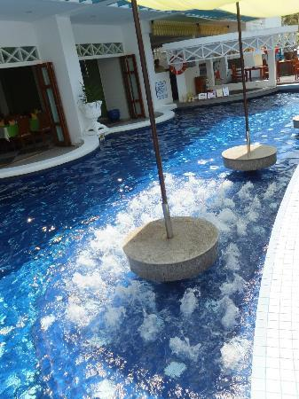 Andaman Seaview Hotel: The pool bar area